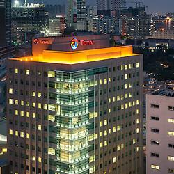 A baixa da cidade de Luanda ao cair da noite. Em destaque os prédios da Total E&P Angola, TTA1 e TT2