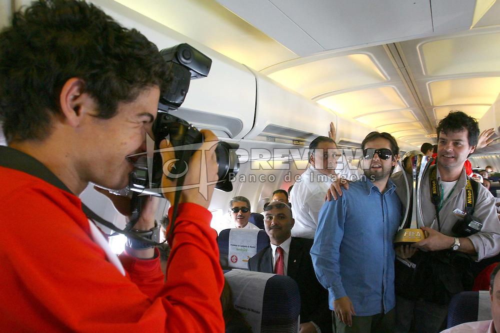 Alexandre Pato fotografa os repórteres fotográficos Ricardo Giusti (Correio do Povo) e Ricardo Duarte (Zero Hora) dentro do avião no voo de volta para o Brasil. FOTO: Jefferson Bernardes/Preview.com