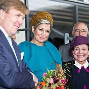 NLD/Almelo/20161028 - Streekbezoek Achterhoek door Willem-Alexander en Maxima, bezoek aan voetbalclub Almelo