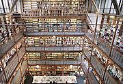 Nederland, Nijmegen, 1-10-1998De bibliotheek van het Canisius College aan de Berg en Dalseweg. Het was een middelbare school, HBS, Gymnasium en later VWO, Atheneum, en tevens klooster voor de paters die er onderwijs gaven. Het was van de Jezuietenorde. Tot in de zestiger jaren zaten er ook leerlingen intern. Gebouwd eind 19e eeuw.In de jaren negentig werd het door het ROC gebruikt en werden er veel inburgeringscursussen gegeven.Vandaag, 12-4-2010, werd bekend dat een pater van het Canisius College in Nijmegen zich in de jaren zeventig en tachtig vergrepen heeft aan zeker vijftien jongetjes. Hij misbruikte hen op school en bij de zeeverkenners.Foto: Flip Franssen/Hollandse Hoogte
