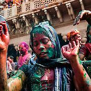 *legende* Célébration du festival des couleurs Holi au temple de Nandagaon  -Uttar Pradesh Inde. Une jeune femme danse et célèbre Krishna.