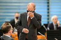 07 OCT 2020, BERLIN/GERMANY:<br /> Olaf Scholz, SPD, Bundesfinanzminister, mit Mund-Nase-Maske, vor Beginn der Kabinettsitzung, Internationaler Konferenzsaal, Bundeskanzleramt<br /> IMAGE: 20201007-01-030<br /> KEYWORDS: Sitzung, Kabinett, Corona, Maske, Covid-19, Pandemie,