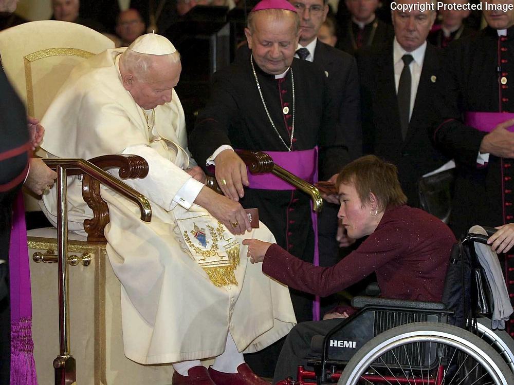 Pápež Ján Pavol II. poprial veriacim bratislavsko-trnavskej arcidiecézy, aby vo svojich srdciach živili vedomie Božej prítomnosti počúvaním Jeho Slova, modlitbou, slávením sviatostí a službou blížnemu. Pápež nečítal svoj príhovor osobne. V trnavskej Katedrále svätého Jána Krstiteľa 11. septembra 2003 jeho slová tlmočil veriacim kardinál Jozef Tomko, emeritný prefekt Kongregácie pre evanjelizáciu národov. Po zaznení pápežskej hymny V sedmobrežnom kruhu Ríma hlava katolíckej cirkvi v rámci stretnutia požehnala starým, chorým a hendikepovaným ľuďom. Pápežove slová povzbudenia si priamo v katedrále vypočulo takmer tisíc veriacich. Ďalšie tisícky sledovali pobožnosť z námestia. Foto: Daniel Veselský / TASR