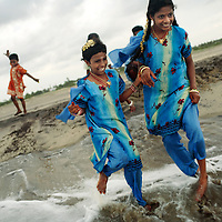 On Diwali Day, Krishnamurthy visits the beach with three of his daughters and a cousin close to their old home in Pudupettai. This is the first time the sisters had visited the beach since the tsunami. LtoR: Jayapriya, Bhanpriya and Sivaranjini.<br />