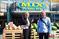 14.09.2021: Franziska Giffey, Kandidatin der SPD für das Amt der Regierenden Bürgermeisterin von Berlin, zu Besuch in Berlin-Marzahn. Sie besuchte den dortigen Mix Markt, einen speziellen Supermarkt für osteuropäische Lebensmittel. Rechts: Enrico Bloch, SPD-Bundestagskandidat für Marzahn-Hellersdorf.