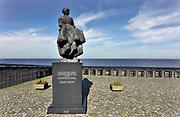 Nederland, Urk, 15-6-2018Monument het vissersvrouwtje. er liggen bloemen bij ter nagedachtenis aan de onlangs omgekomen vissers. Gedenkplaats voor omgekomen zeelieden en vissers. Zicht op het ijsselmeer. Foto: Flip Franssen