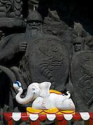 """Spielzug vor einer  monumentalen Skulptur im Moskauer Zoo. Der Moskauer Zoo wurde 1864 eröffnet und ist damit der älteste Zoo Russlands. Hier werden rund 1000 Tierarten mit über 6.500 Exemplaren, vom Rotwolf über den Zobel bis zu den Elefanten, gehalten. Im """"Exotarium"""", einer Art Aquarium, kann man Unterwasserwelten samt Fauna tropischer Meere bewundern. Der Zoo wurde von 1990 bis 1997 grundlegend modernisiert und auf seine heutige Fläche von rund 21,5 Hektar erweitert.<br /> <br /> Inner zone of the Moscow Zoo - train for children infront of a monument at the Moscow Zoo. The Moscow Zoo is the largest and oldest zoo in Russia - It was founded in 1864."""