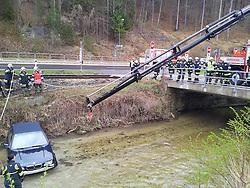 15.04.2012, Pernitz, Niederösterreich, Bez. Wiener Neustadt, AUT, im Bild Zu einer Fahrzeugbergung wurde die FF Pernitz am 15.04.2012 um 09:50 auf die B21 Bereich Kläranlage alarmiert. Ein PKW landete im Bachbett der Piesting. Aufgrund der ungünstigen Lage wurden zur Bergung die Feuerwehren Markt Piesting und Wr. Neustadt hinzugezogen , Austria on 2012-04-15, EXPA Pictures © 2012, PhotoCredit: EXPA/ S. Woldron