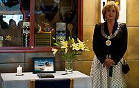 Svømming<br /> 2. Mai 2012<br /> Sentralbadet , Bergen<br /> Ordfører i Bergen Trude Drevland sa et par ord før hun skrev i kondolanseprotokollen for Alexander Dale Oen<br /> Foto: Astrid M. Nordhaug