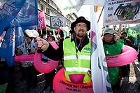 31 JAN 2010, BERLIN/GERMANY:<br /> Demonstranten waehrend einer Protestkation vor dem Tagungshotel, Einkommenrunde Oeffentlicher Dienst, Kongresszentrum Templiner See<br /> IMAGE: 20100131-01-035<br /> KEYWORDS: Tarifverhandlungen, Öffentlicher Dienst, Frank Stöhr, Demo, Demonstrant