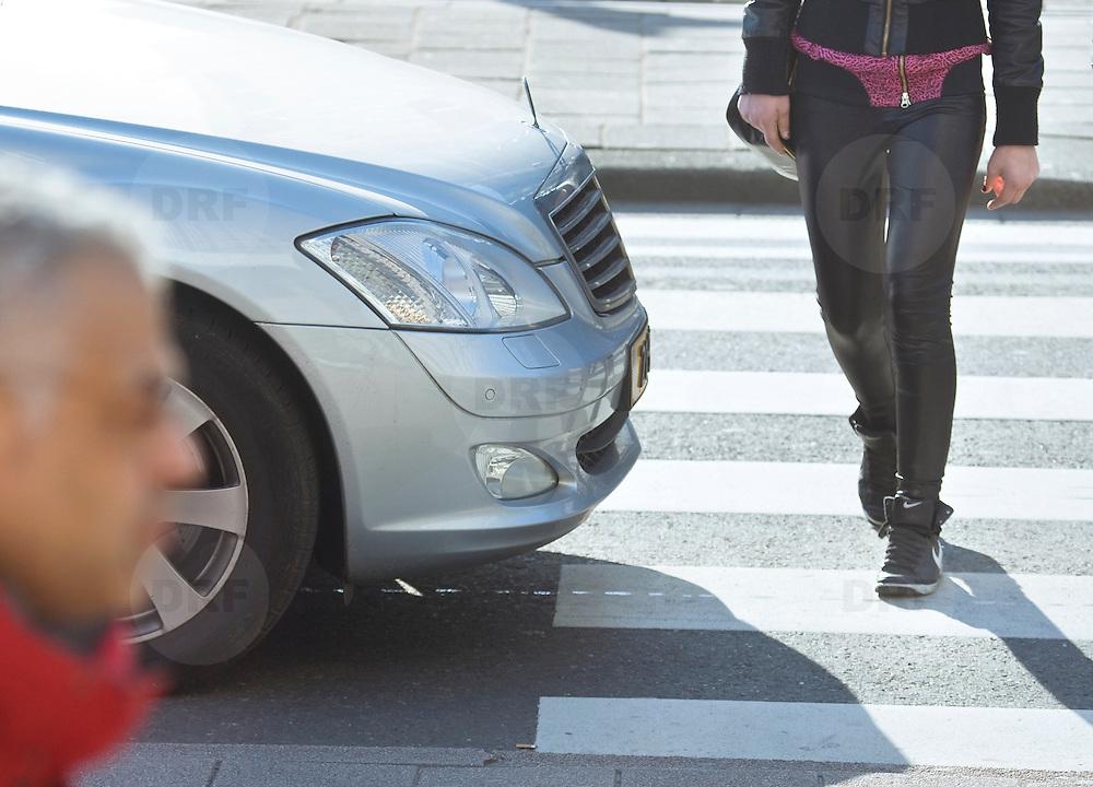 Nederland Rotterdam 21-03-2009 20090321Foto: David Rozing ..Mensen steken straat, de coolsingel, over via zebrapad terwijl auto wacht en voorrang verleent People crossing  the street..Foto: David Rozing/