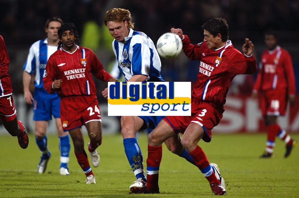 Fotball<br /> Kvartfinale Champions League<br /> Lyon v Porto<br /> 7. april 2004<br /> Foto: Digitalsport<br /> Norway Only<br /> <br /> EDGARAS JANKAUSKAS (POR) / EDMILSON (LYON)  *** Local Caption *** 40001110