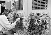 Nederland, Nijmegen, 20-11-1988Een telefoniste van het UMC Radboud ziekenhuis bedient de schakelkast van de telefoonverbindingen. In dit geval van de patiententelefoons naar buitenlijnen en vice versa.Foto: Flip Franssen/Hollandse Hoogte