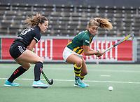 AMSTELVEEN - Jip Dicke (HDM) met Sabine Plönissen (Amsterdam)  tijdens de competitie hoofdklasse hockeywedstrijd dames, Amsterdam-HDM (1-1).  COPYRIGHT KOEN SUYK