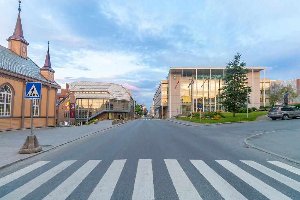 Grønnegata ligger sentralt i Tromsø og blant andre rådhuset, kulturhuset og Den katolske kirke har fasade mot gaten.