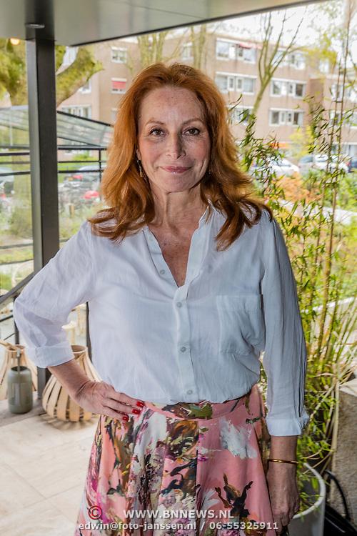 NLD/Amsterdam//20170413 - 'Hotel Hartzeer' schrijfsters Marion Pauw en Susan Smit, Marian Mudder