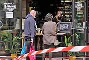 Nederland, Nijmegen, 11-5-2020 De horeca is al enkele weken gesloten vanwege de coronadreiging en veel ondernemers willen dat de regering het normale dagelijks leven weer langzaam laat opstarten . Deze horecagelegenheid, cafe, lunchcafe, biedt de mogelijkheid broodjes en koffie to go te bestellen en af te halen . Afhalen,take,away,creatief,creatieve,oplossing . Unlock,openen, opheffen,versoepelen,versoepeling , opengooien, open, geopend . Foto: Flip Franssen