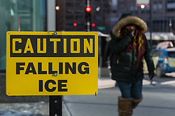 © Licensed to London News Pictures. 15/12/2016. Chicago, USA. The city of Chicago suffers the first severe cold of the year with daytime temperatures of -5F or -15C recorded.  Commuters and visitors wrap up to deal with the frigid temperatures and associated wind chill, as well as the potential for ice falling from the top of downtown skyscrapers.  Photo credit : Stephen Chung/LNP