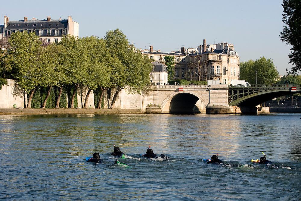 Paris, France. 30 Avril 2009..Brigade Fluviale de Paris..8h43 En entrainement de natation (pendant une heure environ)...Paris, France. April 30th 2009..Paris fluvial squad..8:43 am Swimming training (about an hour)..