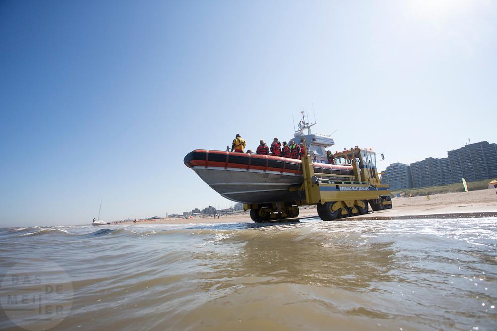 De reddingsboot van de KNRM (Koninklijke Nederlandse Reddings Maatschappij) in Noordwijk aan Zee wordt de zee in gereden.<br /> <br /> The lifeboat John Paul of the KNRM (Royal Dutch Rescue Organization) in Noordwijk san Zee is driven to the North Sea.