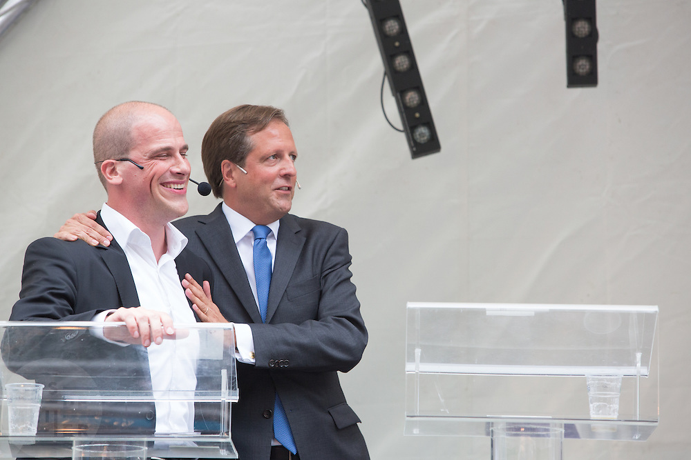Diederik Samsom (links) en Alexander Pechtold feliciteren elkaar met hun gedeelde overwinning. In Utrecht vindt tijdens de introductiedagen het eerste lijsttrekkersdebat plaats voor de Tweede Kamerverkiezingen. Diederik Samsom (PvdA), Alexander Pechtold (D'66), Arie Slob (ChristenUnie), Jolande Sap (GroenLinks) en Sybrand Buma (CDA) discussieerden vooral over de zaken die studenten aangaan. Pechtold en Samsom wonnen samen het debat.<br /> <br /> Diederik Samsom (left) and Alexander Pechtold congratulates each other with their winning. At the introduction days for the Utrecht University freshmen, political leaders are debating for the first time to start the campaign for the elections of the Dutch parliament. Diederik Samsom (PvdA), Alexander Pechtold (D'66), Arie Slob (ChristenUnie), Jolande Sap (GroenLinks) and Sybrand van Haersma Buma (CDA) are debating mainly on issues concerning education. Samsom and Pechtold won this debate equally.