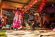 Lorsque le clan de l'homme apporte la valise de l'épouse comprenant les robes et l'argent qui seront redistribués dans le clan de la femme, des échanges coutumiers d'étoffes et d'argent se font au moment des danses liant les membres des deux clans. <br /> Cérémonie coutumière de mariage – Huiwatrul, Grande chefferie de Lössi, Lifou, Îles Loyauté, Nouvelle-Calédonie - Avril 2014