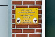 Nederland, Doetinchem, 11-11-2014Op bezoek bij een pluimveehouder . Bij de toegang tot de stal hangt een bord met voorschriften voor de hygiene. Ontsmetten,ontsmettingFOTO: FLIP FRANSSEN/ HOLLANDSE HOOGTE