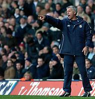Photo: Daniel Hambury.<br />Tottenham Hotspur v West Ham Utd. The Barclays Premiership. 20/11/2005.<br />West Ham's manager Alan Pardew makes a point.