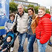 NLD/Amsterdam/20150906 - Amsterdam City Swim 2015, Euvgenia Parakhina met partner Jeroen Jorna en kinderen
