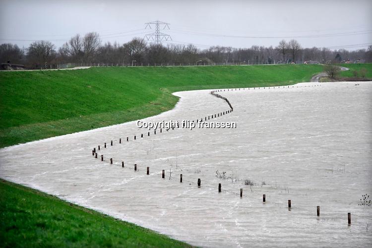 Nederland, Deest, 11-2-2020 In de rivier de Waal is het verhoogd water. Het rivierwater is de uiterwaarden ingelopen en staat tot aan de voet van de dijk . Foto: Flip Franssen
