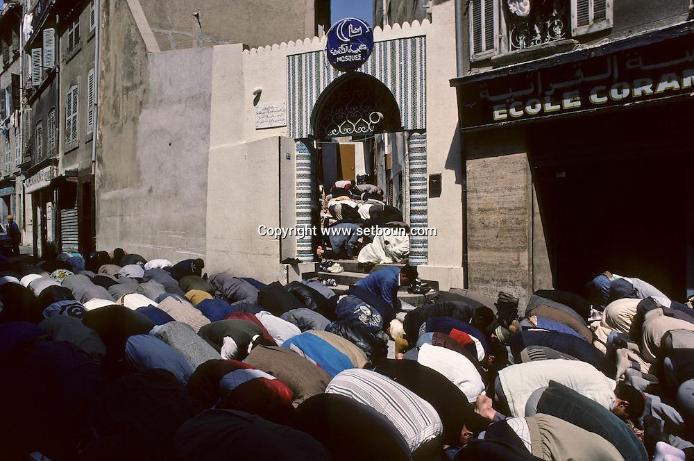 Friday prayer in front of the main mosque of Marseille: in  Bon Pasteur street   Marseille  France    /Prière rue du bon pasteur, en plein centre de Marseille.  Marseille  France  /R00015/70    L2843  /  P0005107