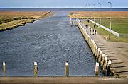 Nederland, Noordpolderzijl, 14-10-2018 In het noordelijk kustgebied van Groningen bevindt zich uitspanning het Zielhoes . Hier bevindt zich het kleinste open zeehaventje van Nederland. Een oud sluisje is in de dijk gebouwd maar wordt sinds de ophoging van de dijk niet meer gebruikt . De afwatering is overgenomen door een nieuw gemaal vlakbij.  Veel dagjesmensen komen hier genieten van het weidse uitzicht . Kwelders. Vroeger werden de kwelderwerken gebruikt om de kwelderaangroei te versnellen zodat ze na verloop van tijd konden worden ingepolderd. Noordpolderzijl is onderdeel van de gemeente Eemsmond . Foto: ANP/ Hollandse Hoogte/ Flip Franssen