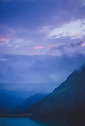 THEMENBILD - mystische Wolkenstimmung bei der Wasserfallboden Sperre mit Blick ins Tal, aufgenommen am 10. August 2018, Kaprun, Österreich // mystical cloud atmosphere at the Wasserfallboden dam on 2018/08/10, Kaprun, Austria. EXPA Pictures © 2018, PhotoCredit: EXPA/ Stefanie Oberhauser