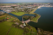 Nederland, Friesland, Gemeente Lemsterland, 08-09-2009; Lemmer, ir. D.F. Woudagemaal, het havenstadje met jachthavens in de achtergrond..Het stoomgemaal staat op de Unesco Werelderfgoedlijst en is het  grootste nog in bedrijf zijnde stoomgemaal ter wereld. Bij extreem hoge waterstand doet het gemaal nog dienst en helpt om de waterstand van het Friese boezemwater op peil te houden. Sinds 1967 is het gemaal oliegestookt. .Lemmer, ir D.F. Woudagemaal. The steam pumping station features on the UNESCO World Heritage List and is the largest pumping station still in operation worldwide. At extreme high water, the  station is still in service and helps to maintain the proper water level of the Friesian boezemwater. Since 1967, the pumping station is oil fired. .Luchtfoto (toeslag); aerial photo (additional fee required); .foto Siebe Swart / photo Siebe Swart