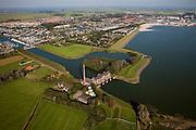 Nederland, Friesland, Gemeente Lemsterland, 08-09-2009; Lemmer, ir. D.F. Woudagemaal, het havenstadje met jachthavens in de achtergrond..Het stoomgemaal staat op de Unesco Werelderfgoedlijst en is het  grootste nog in bedrijf zijnde stoomgemaal ter wereld. Bij extreem hoge waterstand doet het gemaal nog dienst en helpt om de waterstand van het Friese boezemwater op peil te houden. Sinds 1967 is het gemaal oliegestookt. .Lemmer, ir D.F. Woudagemaal. The steam pumping station features on the UNESCO World Heritage List and is the largest pumping station still in operation worldwide. At extreme high water, the  station is still in service and helps to maintain the proper water level of the Friesian boezemwater. Since 1967, the pumping station is oil fired. .Luchtfoto (toeslag); aerial photo (additional fee required); .foto Siebe Swart / photo Siebe Swart