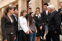 01 JUN 2007, BERLIN/GERMANY:<br /> Frank-Walter Steinmeier (R), SPD, Bundesaussenminister, trifft das Junior8-Team, acht Schuelerinnen und Schueler, die am Junior8-Gipfel, paralell zum G8-Gipfel teilnehmen, Auswaertiges AMt<br /> IMAGE: 20070601-01-001<br /> KEYWORDS: Jugendliche, Jugend, Schülerinnen, Schüler, Gespräch, Gespraech