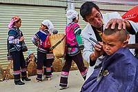 Chine, Province du Yunnan, marché de Xinjie, population d'ethnie Yi, coiffeur dans la rue // China, Yunnan province, Weekly market at Xinjie, Yi population, street hair dresser