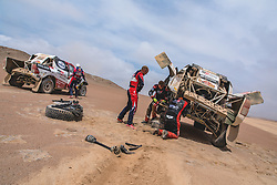 Giniel de Villiers (ZAF) helps during stage 4 of Rally Dakar 2019 from Arequipa to Tacna, Peru on January 10, 2019. // Flavien Duhamel/Red Bull Content Pool // AP-1Y3A65X292111 // Usage for editorial use only // Please go to www.redbullcontentpool.com for further information. //