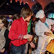 NLD/Amsterdam/20081209 - Perspresentatie Kinderen Sterren Dansen op het IJs 2008, Joop Braakhekke deelt hotdogs uit