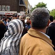 NLD/Hilversum/20050525 - Geert Wilders op campagne bezoek aan Hilversum.hoofddoekje, allochtonen, politicus