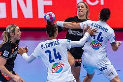 14-12-2018 FRA: Women European Handball Championships France - Netherlands, Paris<br /> Second semi final France - Netherlands / Nycke Groot #17 of Netherlands, Alexandra Lacrabere #64 of France, Beatrice Edwige #24 of France, Lois Abbingh #8 of Netherlands