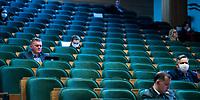 Bialystok, 30.03.2020. Nadzwyczajna sesja bialostockiej Rady Miejskiej zwolana przez prezydenta Tadeusza Truskolaskiego. Odbyla sie z zachowaniem srodkow ostroznosci zwiazanych z epidemia koronawirusa - radni siedzieli w odpowiednich odstepach od siebie, mieli zalozone ochronne lateksowe rekawice oraz maseczki na twarzy N/z obrady radnych w lateksowych rekawiczkach i maseczce ochronnej na twarzy fot Michal Kosc / AGENCJA WSCHOD