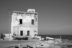 Vecchia casa fatiscente in riva al mare