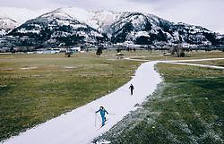THEMENBILD - Langlaeufer auf einer Kunstschnee Langlauf Loipe in der grünen Landschaft, aufgenommen am 25. Dezember 2018 in Kaprun, Oesterreich // Cross-country skier on a artificial snow track in the green countryside, Kaprun, Austria on 2018/12/25. EXPA Pictures © 2018, PhotoCredit: EXPA/ JFK