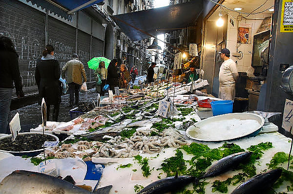 Italie, Napels, 7-3-2008Een van de karakteristieke nauwe straatjes in het oude centrum. Viswinkel. De stad weet met zijn afval geen raad meer en in het hele gebied liggen illegale hopen afval. Een nieuwe vuilverbrandingsoven is pas in 2009 bedrijfsklaar. Tot die tijd heeft de maffia, camorra grote invloed op de afvalverwerking van deze stad.Industrieel afval en huishoudelijk afval veroorzaken grote water en bodemvervuiling, terwijl de streek een belangrijk tuinbouwgebied is.Foto: Flip Franssen