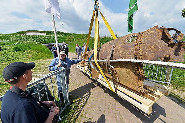 Nederland, Pannerden, 12-5-2015De resten van een Duits Biber duikbootje uit de tweede wereldoorlog worden bij Fort Pannerden uitgeladen. Het werd gebruikt bij mislukte pogingen om de Waalbrug bij Nijmegen op te blazen na Market Garden.Het fort uit het verdedigingswerk de Hollandse Waterlinie is jarenlang door krakers beoond, maar nu door staatsbosbeheer opgeknapt en gerestaureerd om een museale functie te krijgen. Het is een polygonaal sperfort gelegen op de Pannerdensche Kop, het punt waar de Rijn zich splitst in Pannerdensch Kanaal en Waal. Het fort ligt in het natuurgebied de Klompenwaard, onderdeel van de Gelderse Poort. De restauratie van het fort is afgerond. In het fort komen musea, Ballistisch Museum en Streekmuseum, een informatiepunt voor Rijkswaterstaat , Staatsbosbeheer en een toeristisch informatiepunt. Gebouwd tussen 1869 en 1872. Het wordt gerund door vooral oudere vrijwilligers, die ook het inrichten doen.Foto: Flip Franssen/Hollandse Hoogte