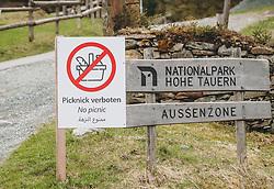 THEMENBILD - ein Holzschild des Nationalpark Hohe Tauern Aussenzone mit einem zusätzlichen Hinweisschild, dass Picknicken verboten am Hintersee verboten ist, aufgenommen am 25. April 2020 in Mittersill, Oesterreich // a wooden sign of the Hohe Tauern National Park outer zone with an additional sign that picnics are forbidden at Hintersee in Mittersill, Austria on 2020/04/25. EXPA Pictures © 2020, PhotoCredit: EXPA/Stefanie Oberhauser