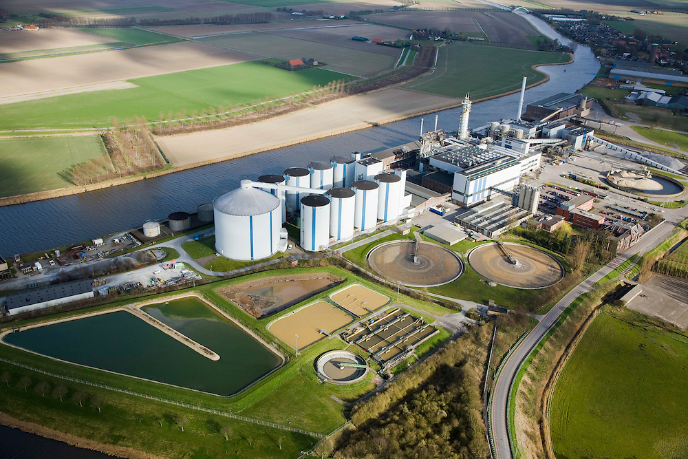 Nederland, Noord-Brabant, Dinteloord, 04-03-2008; SuikerUnie suikerfabriek en waterzuiveringsinstallatie  in Stampersgat aan het water van de Dintel; silo, silo's, bieten, suiker, zoetstof, suikerbiet, biet; SuikerUnie - Sugar Union; sugar plant or sugar factory in Stampersgat; located in the Brabant area, supplier of the sugerbeets; silo, silos, beets, sugar, sweetener, sugar beet, sugar factory;     .luchtfoto (toeslag); aerial photo (additional fee required); .foto Siebe Swart / photo Siebe Swart