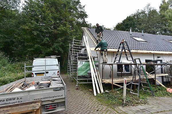 Nederland, Ubbergen, 26-9-2014Dakdekkers zijn bezig een dak van een bestaand huis te renoveren en van isolatie te voorzien. de dakpannen, pannen, worden vervangen , vernieuwd.Foto: Flip Franssen/Hollandse Hoogte