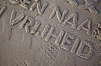 VLIELAND - Afdruk van een band van de Vliehors Express   met tekst , op het Noordzeestrand van Vlieland.ANP COPYRIGHT KOEN SUYK